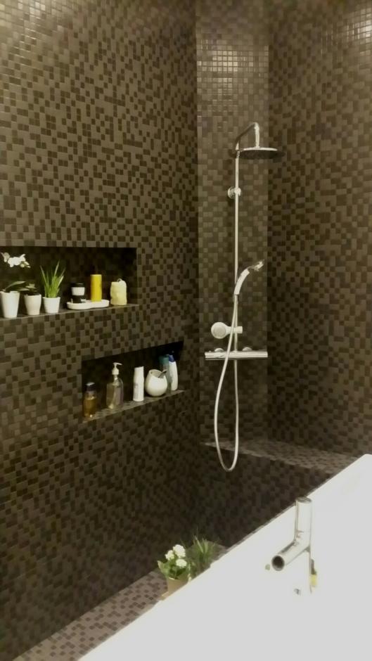 mosaique-noire-salle-de-bain-niche-cdeco.jpg.jpeg   C DECO